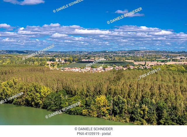 France, Tarn-et-Garonne, Auvillar, view on the Garonne river and the village of Espalais (Most Beautiful Village in France) (Saint James way)