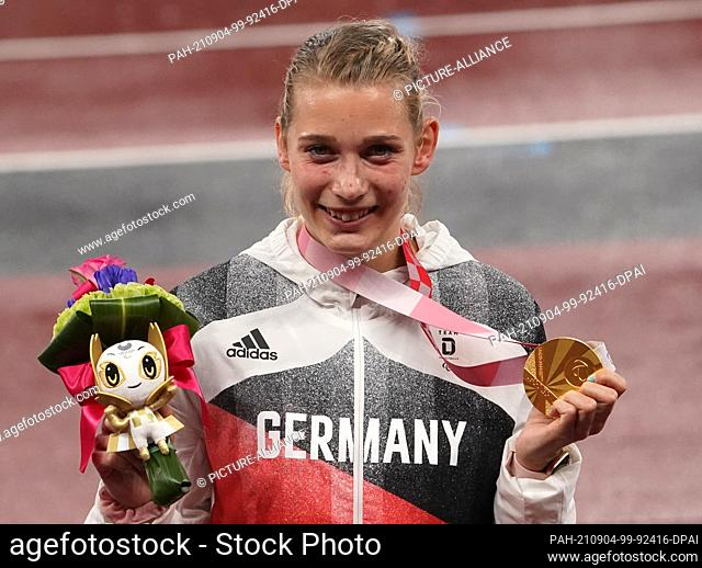 04 September 2021, Japan, Tokio: Paralympics: Track and field, women, 400-meter final, T38, at Olympic Stadium. Lindy Ave (Germany) holds her gold medal