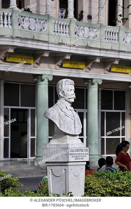 Bust in Park Vidal, old town of Santa Clara, Cuba, Caribbean, Central America