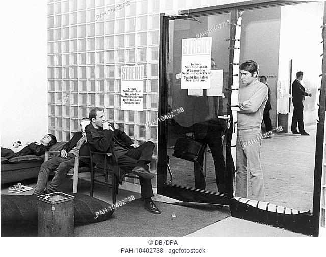 Students on 28 May 1968 in the rectorate of the Johann-Wolfgang-Goethe-University in Frankfurt am Main, on the right the still closed door