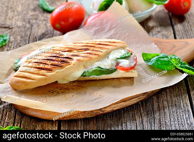 Panini Caprese: Im Kontaktgrill gepresstes italienisches Panini mit Mozzarella, Tomaten und Basilikum - Pressed and toasted panini with buffalo cheese