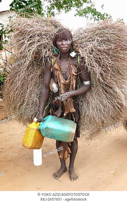 donna hamer mentre si reca al mercato (Dimaka-Etiopia)
