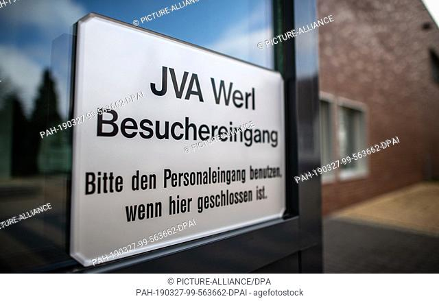 """27 March 2019, North Rhine-Westphalia, Werl: """"""""JVA Werl - Besuchereingang"""""""" is written on a sign at the main gate of the correctional facility (JVA) Werl"""
