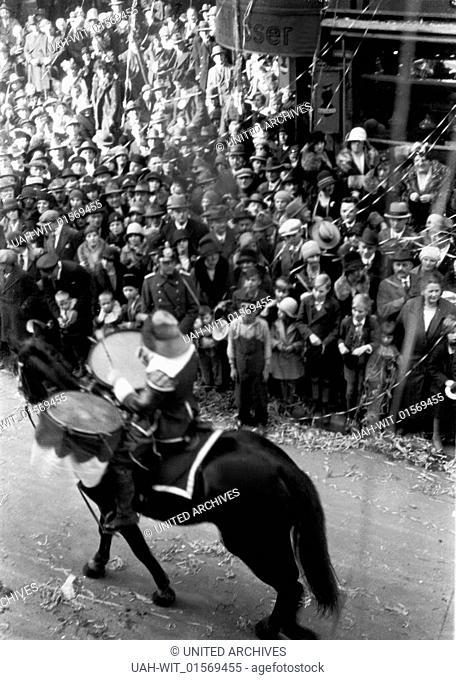 Der Rosenmontagszug im Köln des Jahres 1930 zieht durch die Breite Straße und zeigt hier einen der berittenen Trommler des Reiter Korps Jan von Werth von 1925 e