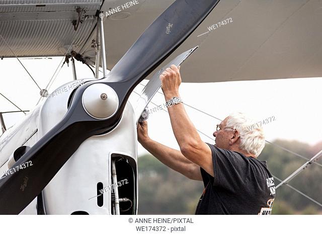 """""""""""Flugtage Soest Bad Sassendorf"""" 2018. Air strip Bad Sassendorf, Soester Börde, Haar, Germany. Two men (owner and pilot) carefully cleaning the old Tiger..."