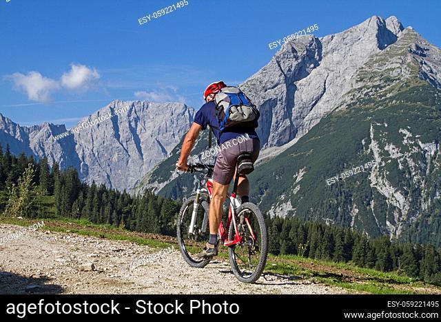 Mountainbiker unterwegs zur Plumsjochhütte im Karwendelgebirge