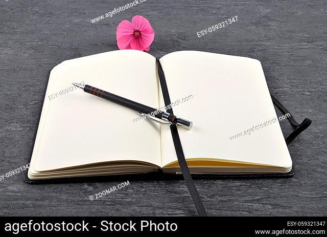 Notizbuch, Stift und Bechermalve auf Schiefer - Notebook, pen and mallow on slate