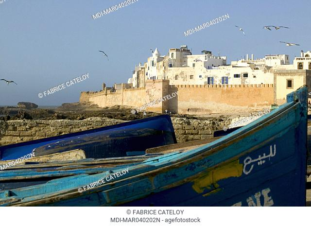 La médina protégée par ses remparts et au premier plan les barques de pêche bleues