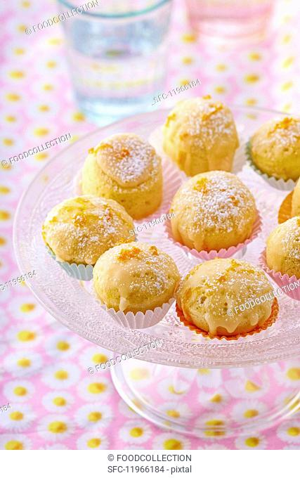 Steamed orange cakes with glaze and icing sugar