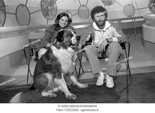 Stefanie TUECKING, Germany, TV presenter, Paul BREITNER, football player, FC Bayern Munich, and dog Barry, Bernhardiner, here in the studio of the TV program...