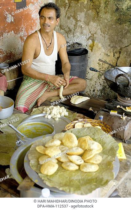 City life ; man preparing puri ; Calcutta now Kolkata ; West Bengal ; India