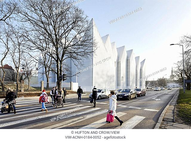 Szczecin Philharmonic Hall, Szczecin, Poland. Architect: Studio Barozzi Veiga, 2014. Street scene with concert hall in context