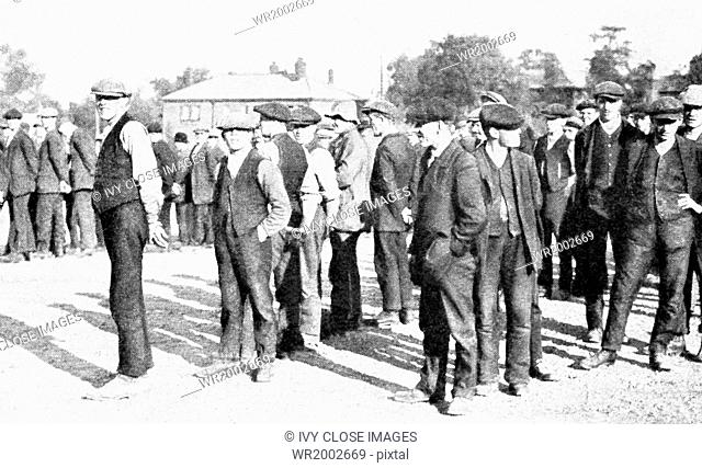 This photo shows Englishmen lining up to volunteer to fight for their country in World War I. Volunteers arriving at Aldershot training camp in Hampshire