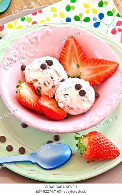 Eis mit Erdbeeren und Schokolade