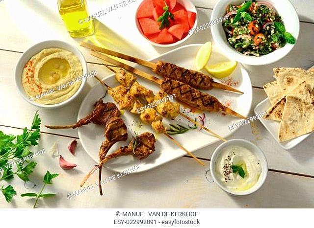 Libanesische Grill-Gerichte mit Hummus und Tabouleh
