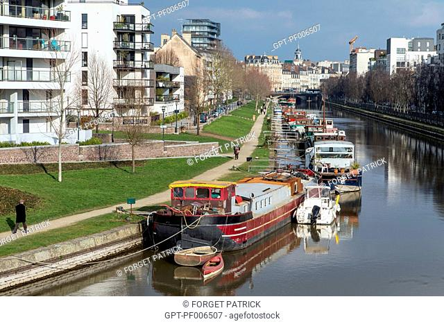 HOUSEBOATS MOORED AT THE SAINT-CYR QUAY ON THE ILLE RIVER, RENNES (35), FRANCE