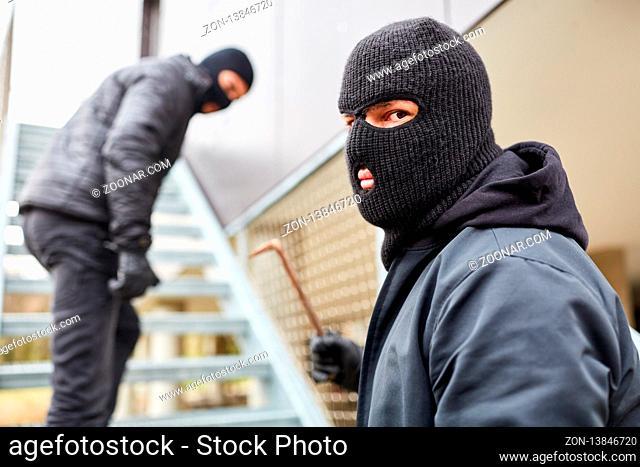 Einbruch und Clankriminalität mit zwei Einbrechern und Brechstange