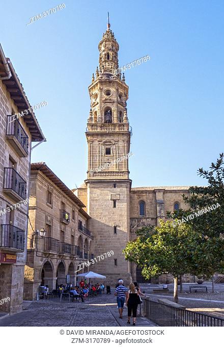 Plaza e iglesia de Santa María de la Asunción. Briones. La Rioja. Spain