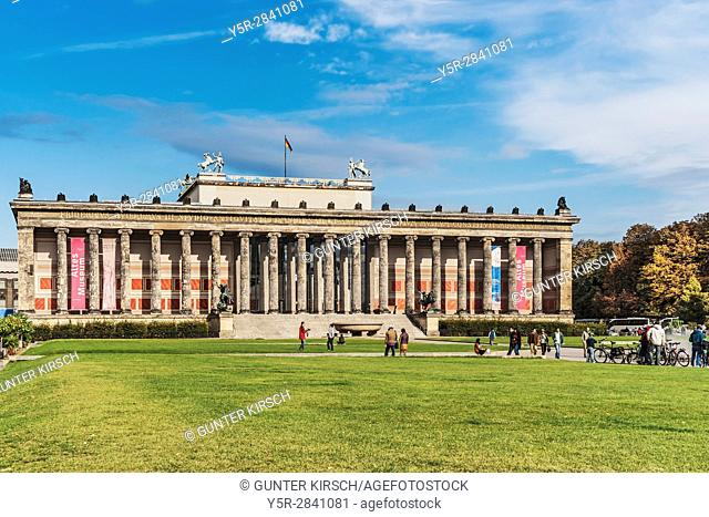The Old Museum (Altes Museum) was built from 1825 to 1830 by Karl Friedrich Schinkel in the style of classicism. It is part of the Museum Island