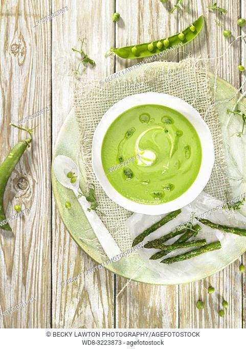 sopa de guisantes y esparragos con gotas de aceite / pea and asparagus soup with oil drops