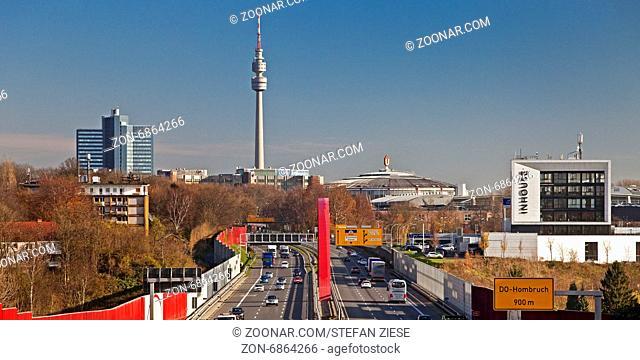 Autobahn A40 mit Florianturm, Dortmund, Ruhrgebiet, Nordrhein Westfalen, Deutschland, Europa