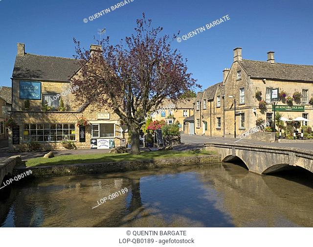 England, Gloucestershire, Bourton-on-the-Water, Looking across the River Windrush to Kingsbridge Inn at Bourton on the Water