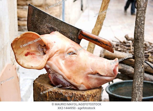 cabeza de cerdo con un cuchillo de carnicero clavado por la mitad, Montblanc, Conca de Barcerà, Tarragona, Spain