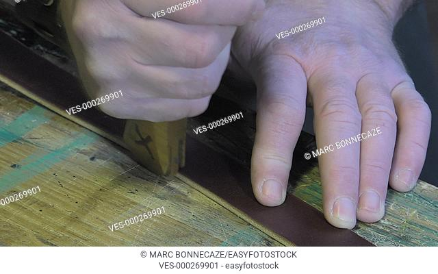 Marking the edges of the belts using a knob