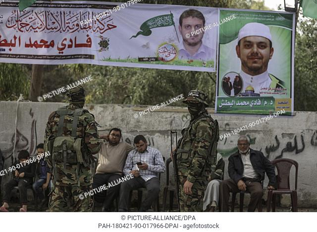 dpatop - Masked militants of Izz ad-Din al-Qassam Brigades, the armed wing of the Palestinian Hamas Islamist movement gather in mourning outside the family home...