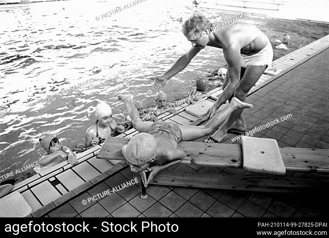 30 November 1983, Saxony, Eilenburg: Under the guidance of a swimming instructor, swimming lessons for pupils take place in an Eilenburg public swimming hall in...