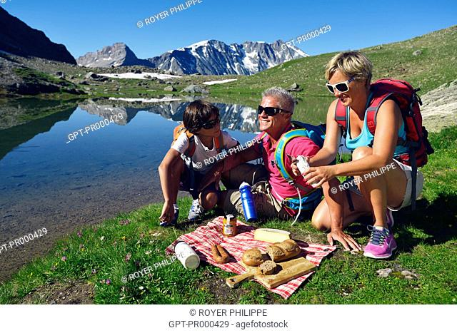 FAMILY HIKING AROUND LAKE DES MOUTONS, PICNIC IN THE GRASS, LA VANOISE PARK, SAVOY (73), RHONE-ALPES, FRANCE