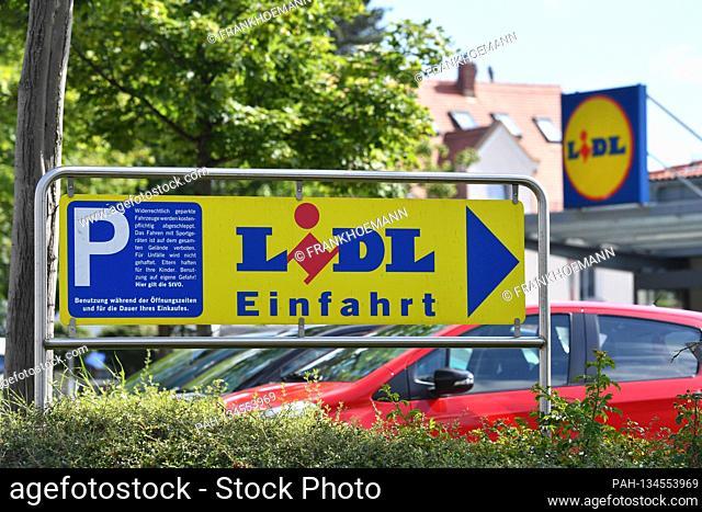 Entry sign to a LIDL branch, Lebenswithtel discounter, sign, logo, company emblem, Filiale.Parkplatz,   usage worldwide. - Munich/Bayern/Deutschland