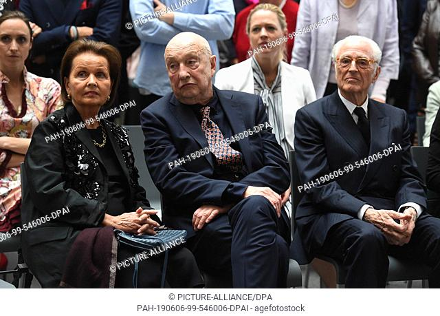 06 June 2019, Bavaria, Munich: Georg Baselitz (M), artist, and his wife Elke (l), sit next to Duke Franz of Bavaria in the Pinakothek der Moderne after a photo...