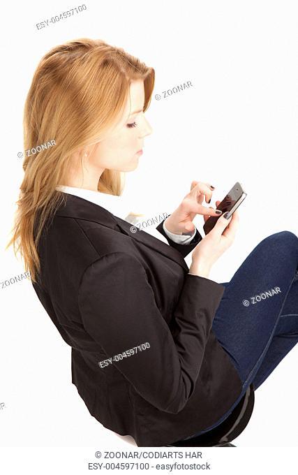 junge blonde Frau business look mit smartphone