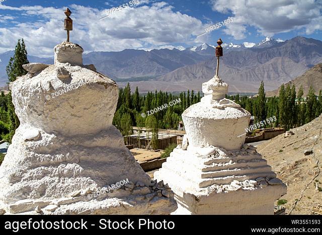 Zwei alte Stupas in Ladakh, Indien