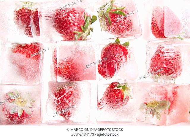 Presentation of a series of ice cubes with strawberries