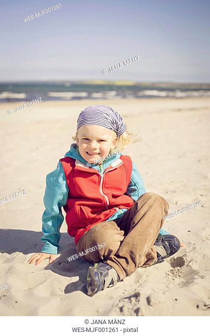 Germany, Mecklenburg-Western Pomerania, Ruegen, Schaabe, Boy on sandy beach