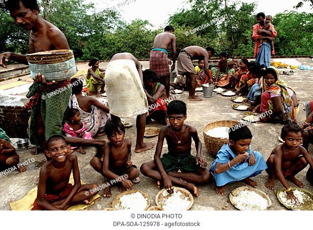 Men serving food to poor people ; NGO Development Alternatives for Wider Networks (DAWN) ; Bhubaneswar ; Orissa ; India MR717B