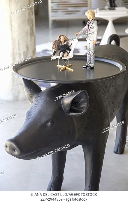 Cool decoration pig table in living room