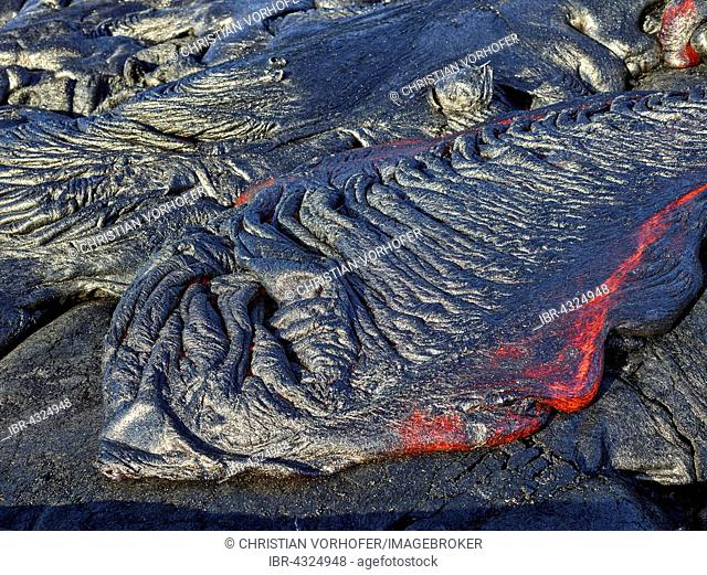 Pu?u ?O?o or Puu Oo volcano, eruption, lava, glowing hot lava flows, Hawai'i Volcanoes National Park, Hawaii, USA