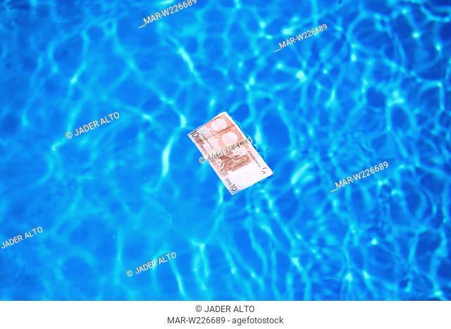 banconota da 10 euro nell'acqua di una piscina