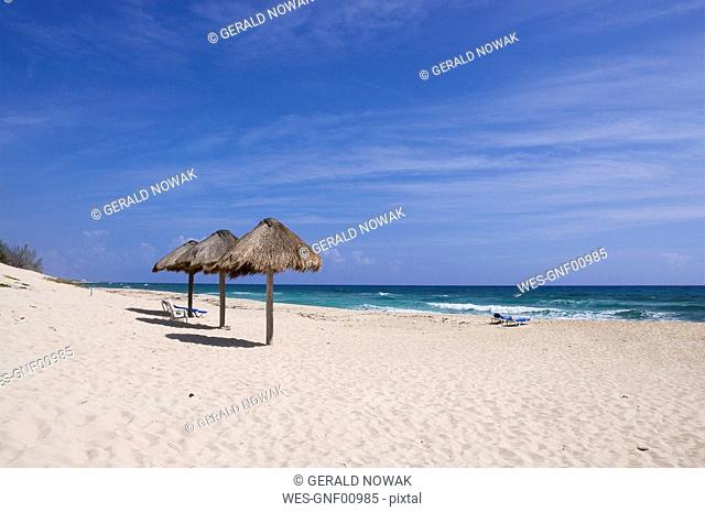Mexiko, Cozumel, Beach chairs and Palapas on tropical beach