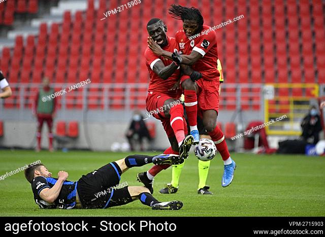 Club's Brandon Mechele, Antwerp's Abdoulaye Seck and Antwerp's Dieumerci Mbokani Bezua fight for the ball during a soccer match between Royal Antwerp FC and...