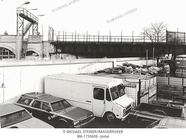 View over the Berlin Wall in 1985, S-Bahn railway bridge with fences and border guards in the eastern part of Berlin, Berlin, Germany, Europe