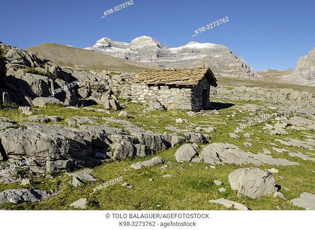 refugio de pastores frente al Monte perdido, parque nacional de Ordesa y Monte Perdido, comarca del Sobrarbe, Huesca, Aragón, cordillera de los Pirineos, Spain
