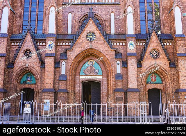 Mosaics on the front facade: with the figure of Christ and the coat of arms of the first bishop of Warsaw-Prague Kazimierz Romaniuk