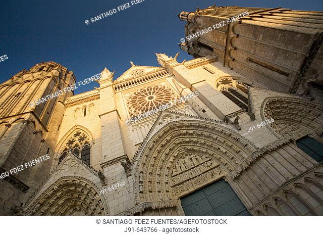 Saint pierre cathedral façade (begun in the XIIth century, gothic style). Poitiers. Vienne, France