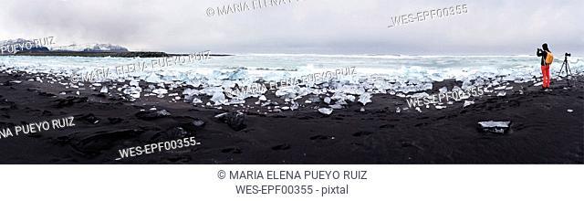 Iceland, Jokulsarlon, Diamond Beach, photographer at work on the beach