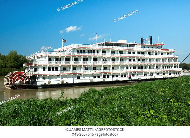 The Queen of the Mississippi stern-wheeler tour boat docks at Vicksburg, TN for passengers to visit the site of the famous Civil War siege