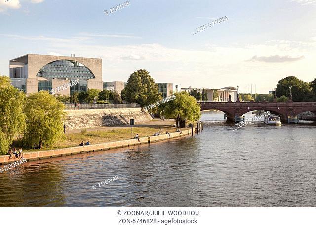 River Spree with Moltke Bridge and Bundeskanzleramt, Berlin, Germany / Spree mit Moltkebruecke und Bundeskanzleramt, Berlin, Deutschland